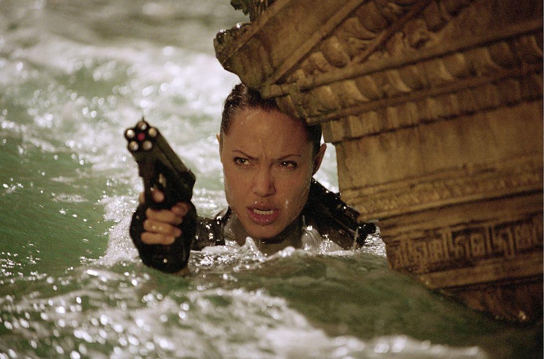 Für Lara Croft (Angelina Jolie) beginnt ein gnadenloser Wettlauf mit der Zeit, denn Ex-Wissenschaftler Reiss will die Büchse der Pandora an global a... - Bildquelle: 2003 by Paramount Pictures. All Rights Reserved.