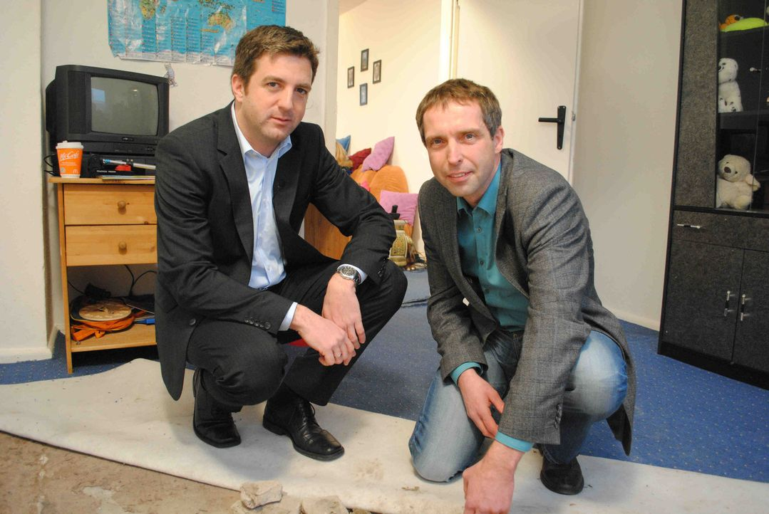 Der Mietrechtsexperte Jochen Hoffmann (l.) hilft heute Familie Lenz aus Dorf Mecklenburg ... - Bildquelle: SAT.1