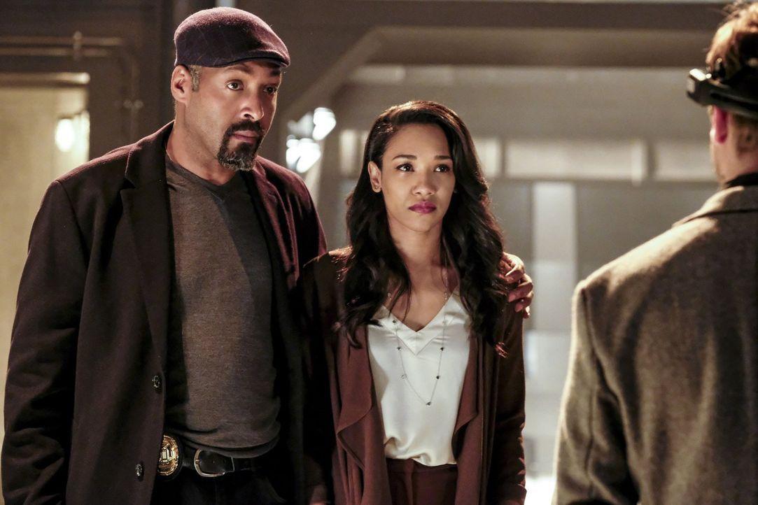 Wie wird Joe (Jesse L. Martin, l.) reagieren, wenn Iris (Candice Patton, r.) und Barry ihm von ihrer Verlobung erzählen? - Bildquelle: 2016 Warner Bros.
