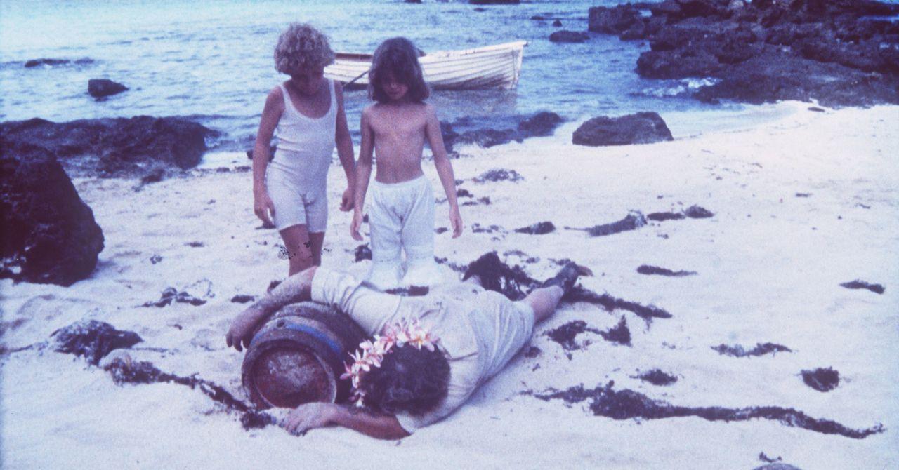Eines Tages finden Richard (Glenn Kohan, l.) und Emmeline (Elva Josephson, r.) am Strand die Leiche ihres Beschützers Paddy (Leo McKern, M.) ... - Bildquelle: Columbia Pictures