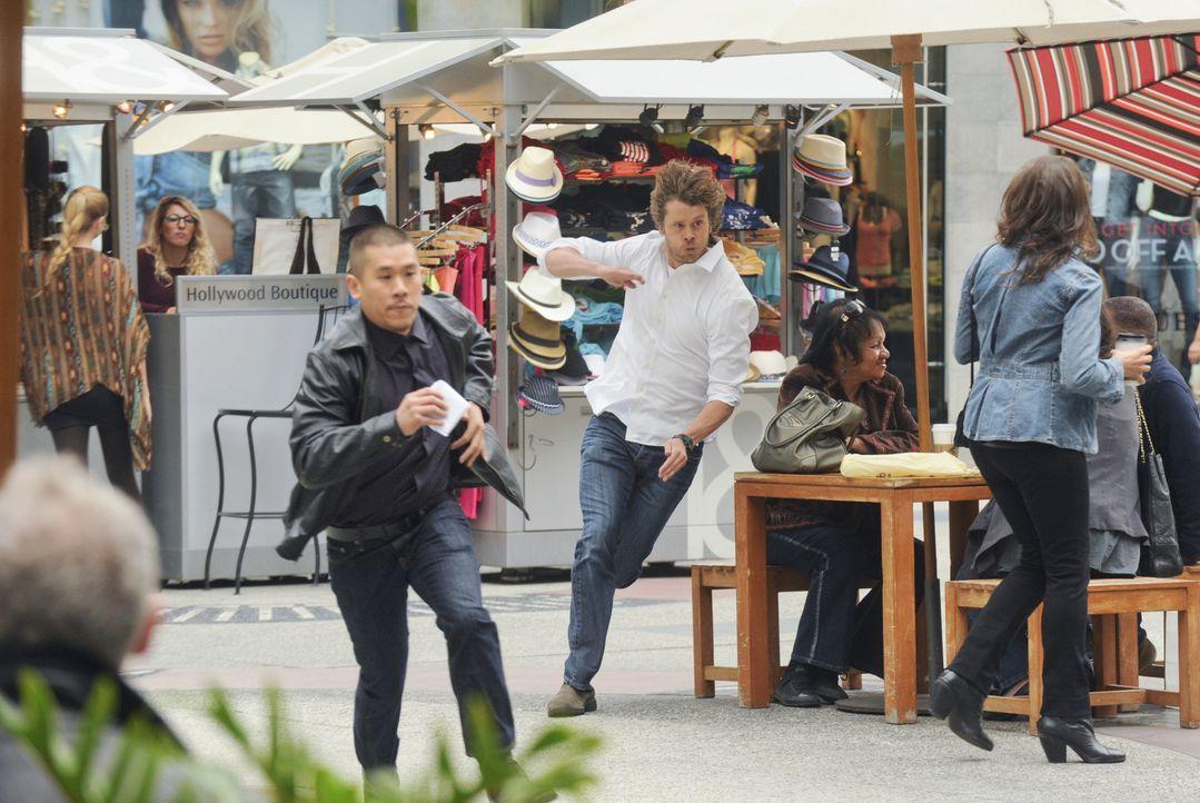 Auf der Flucht: Wird es Deeks (Eric Christian Olsen, M.r.) noch gelingen, John Stikler (Lawrence Kao, M.l.) zu fassen? - Bildquelle: CBS Studios Inc. All Rights Reserved.