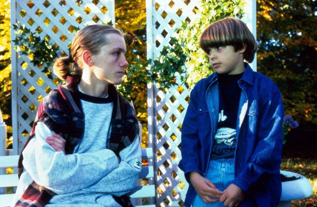 Alexander (Nicolas Kwasniewski-Artajo, r.) hat sich mit dem 16-jährigen Thorsten (Robert Beyer, l.) befreundet, der im Krankenhaus seiner Mutter li... - Bildquelle: Noreen Flynn Sat.1