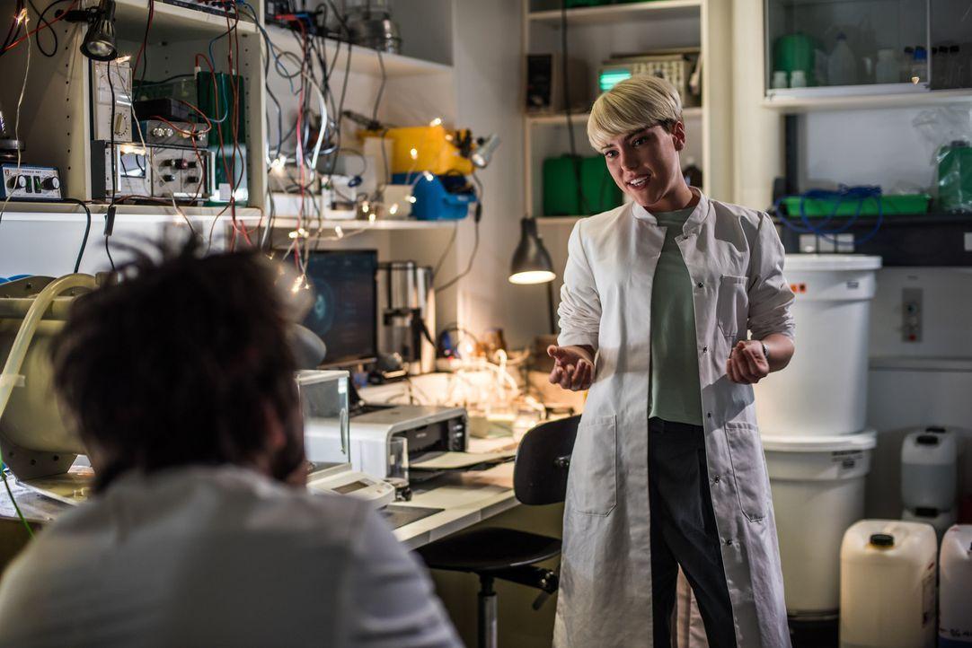 Siri Arvidsson (Valerie Potozki, r.) möchte ihre Doktorarbeit über Magnetismus schreiben. Wo wäre sie besser aufgehoben als bei Einstein (Tom Beck,... - Bildquelle: Wolfgang Ennenbach SAT.1