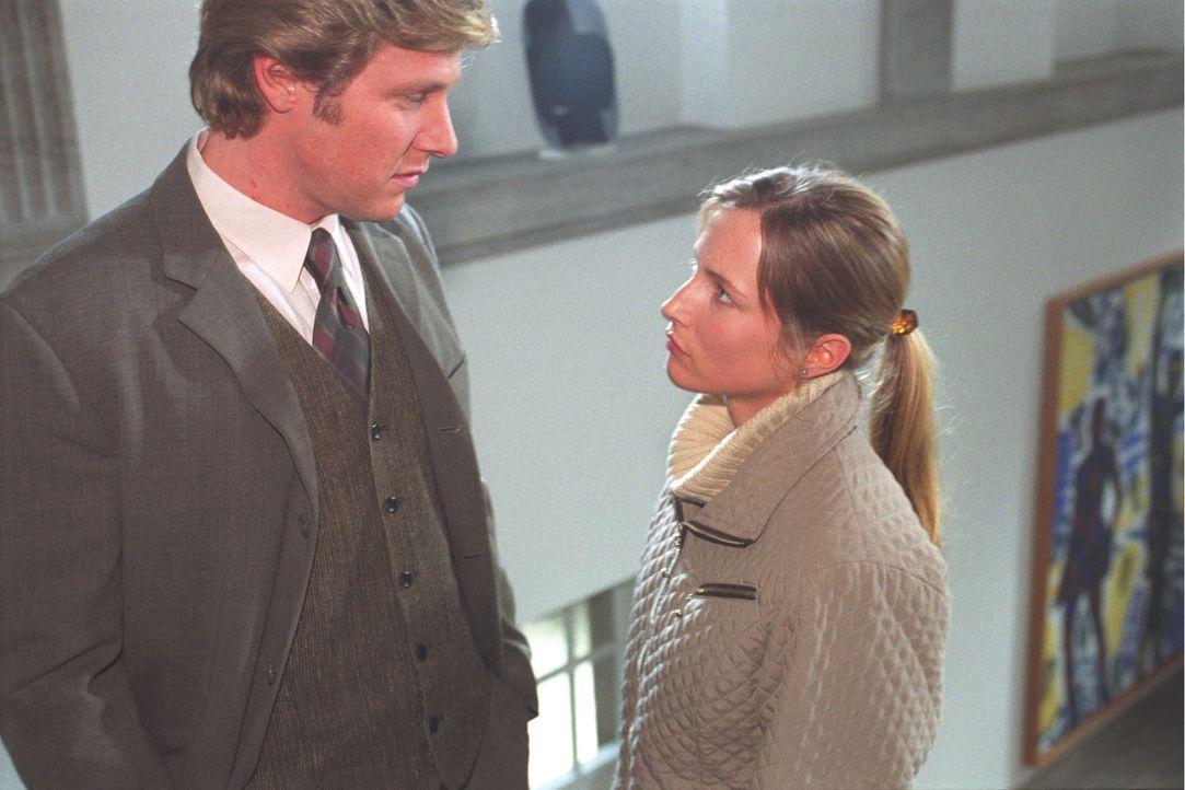 Charlotte (Florentine Lahme, r.) will von ihrem Verlobten Jörg Riemann (Martin Luding, l.) wissen, was er und ihr Vater zu verbergen haben. - Bildquelle: Volker Roloff Sat.1