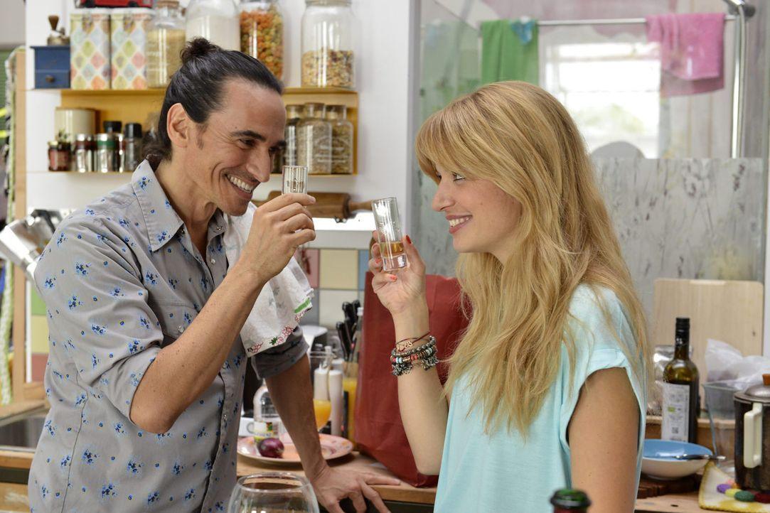 Mila (Susan Sideropoulos, r.) erhält ein mehr als unmoralisches Angebot von Tequila-Magnat Diego Maria Moro (Diego Wallraff, l.) ... - Bildquelle: Oliver Ziebe sixx