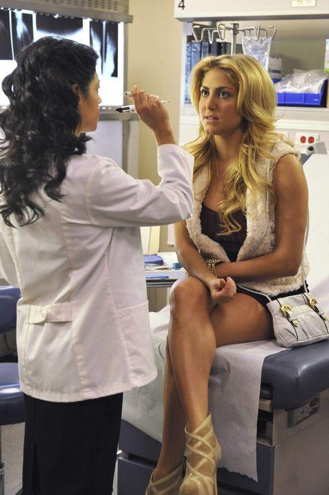 Wie sich herausstellt, hat Lauren (Cassie Scerbo, r.) einen unregelmäßigen Herzschlag, der zu diesen Schwindelanfällen führt. Doch die Ärztin (... - Bildquelle: 2012 Disney Enterprises, Inc. All rights reserved.