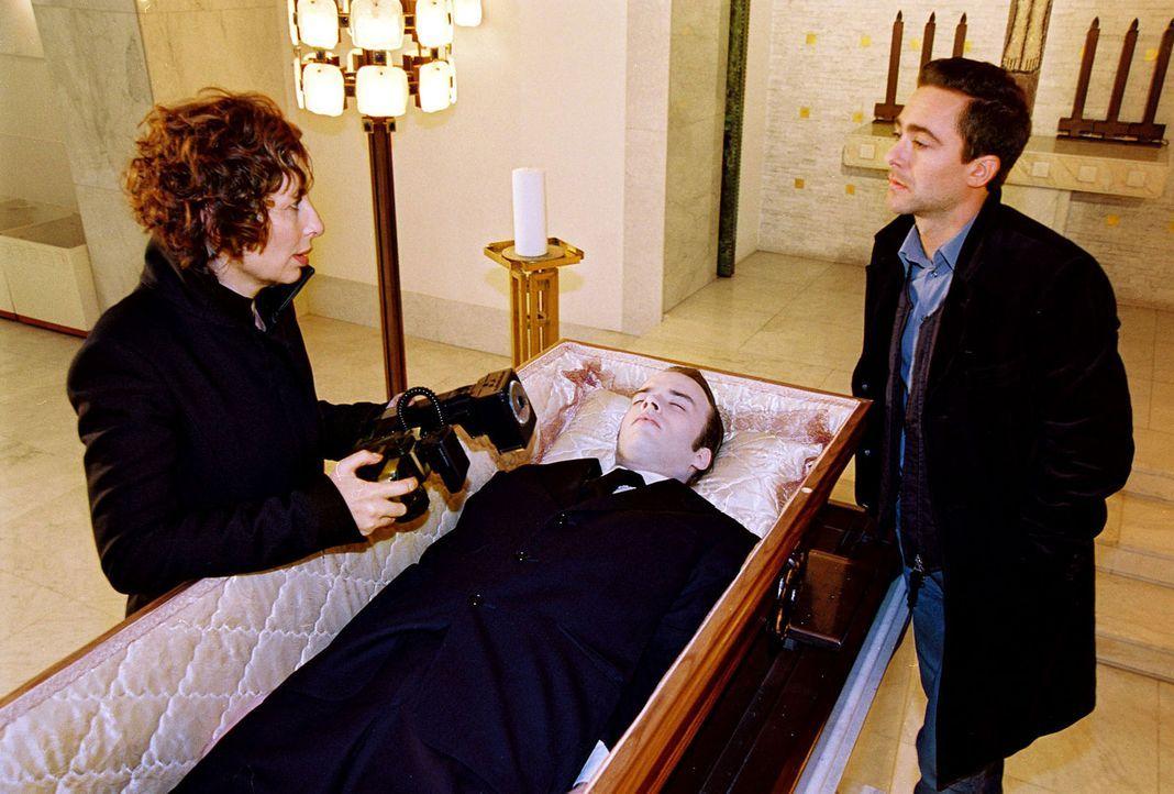 Nora Clementi (Teresa Harder, l.) möchte ihren toten Bruder fotografieren. Er hat sich aus Liebeskummer umgebracht. Marc (Alexander Pschill, r.) ve... - Bildquelle: Sat.1