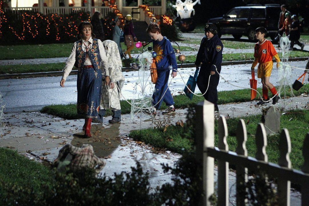 Frankie (Patricia Heaton, l.) übernimmt auf Wunsch der anderen Eltern nur widerwillig die Aufgabe, die Kinder aus Bricks sozialer Gruppe an Hallowee... - Bildquelle: Warner Brothers