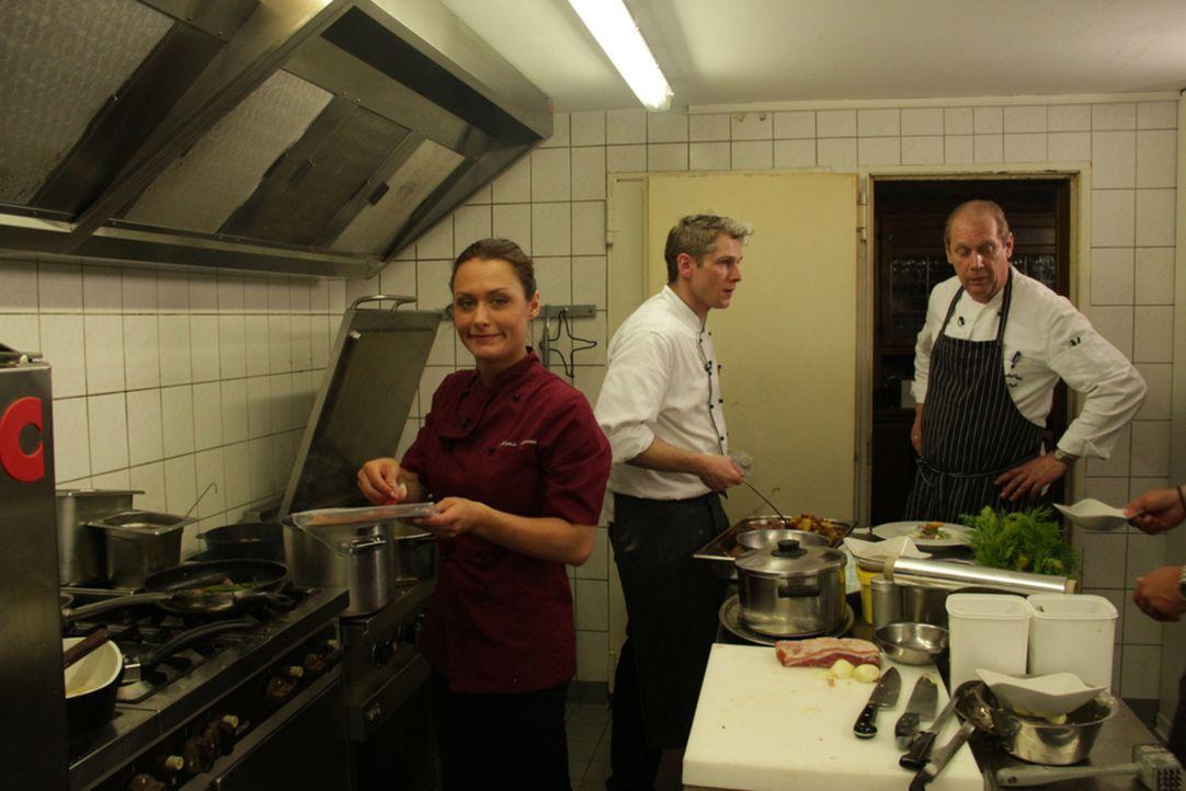 """Auch Frank Rosins Assistentin Diana (l.) ist herbeigeeilt, als sie der SOS-Notruf von Matthias Engels (r.), Inhaber des """"Landgasthof Engels"""" bei Pad... - Bildquelle: kabel eins"""