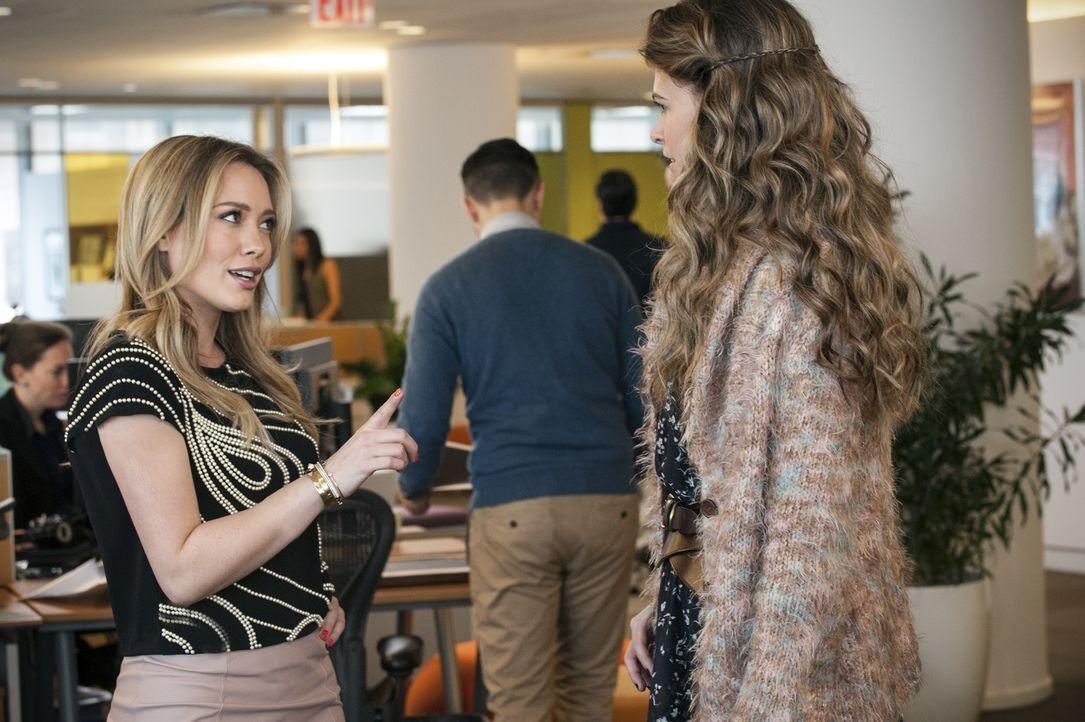 Die Redakteurin Kelsey (Hilary Duff, l.) offenbart Liza (Sutton Foster, r.), dass die Zusammenarbeit mit der Marketingchefin alles andere als einfac... - Bildquelle: Hudson Street Productions Inc 2015