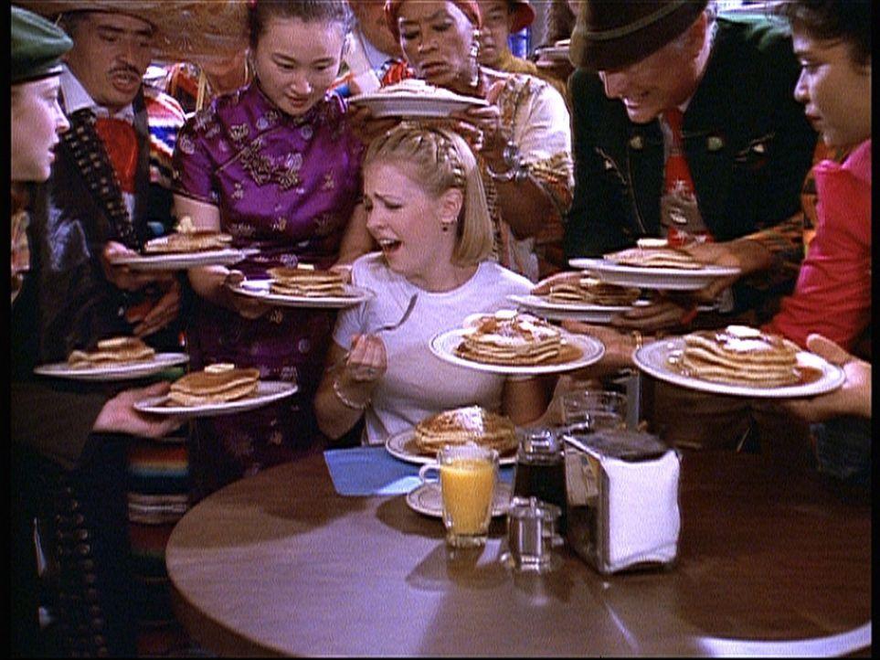 Sabrinas (Melissa Joan Hart, M.) Sucht nach Pfannkuchen ist so extrem, dass ihre Tanten sie in ihrem Zimmer einsperren wollen. - Bildquelle: Paramount Pictures