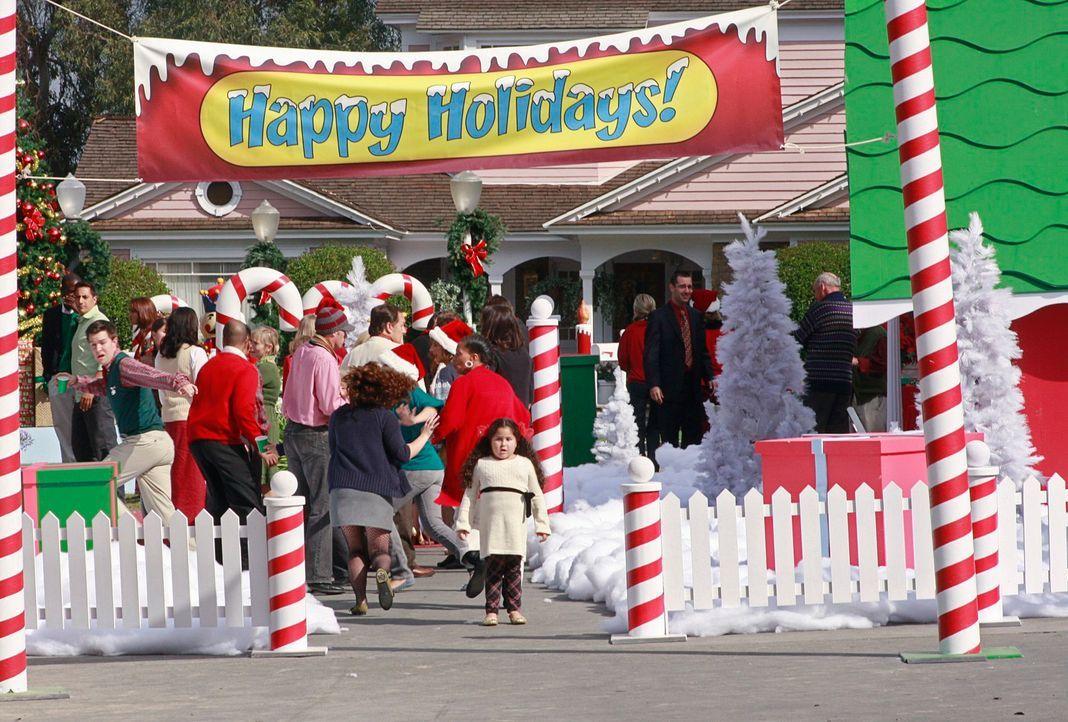 Ein abstürzendes Flugzeug rast geradewegs auf die Weihnachtsfeier zu. Alle Menschen geraten in Panik und versuchen zu entkommen. Gaby muss geschockt... - Bildquelle: ABC Studios