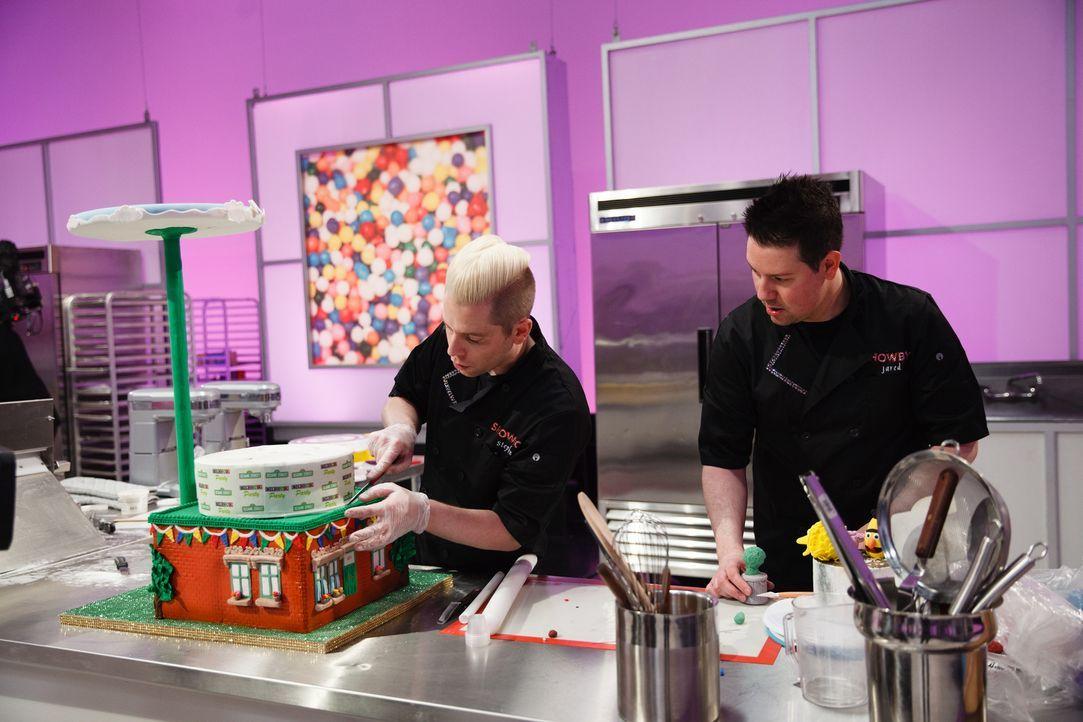 Das $ 10000 Preisgeld könnten Stephen Lowry (l.) und Jared Dale Sullivan (r.) gut gebrauchen und wollen mit ihrer Sesamstraßen Torte den Contest für... - Bildquelle: Emile Wamsteker 2016,Television Food Network, G.P. All Rights Reserved