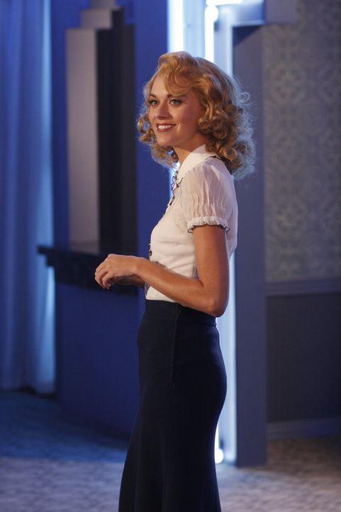 In einem verrückten Traum von Lucas, ist Peyton (Hilarie Burton) Bedienung in einem Club ... - Bildquelle: Warner Bros. Pictures
