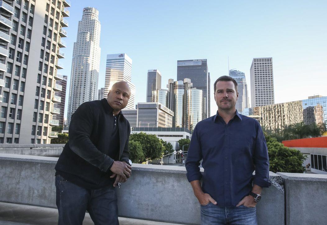 Während es Deeks mit seinem offenbar korrupten Ex-Boss aufnehmen muss, sind Sam (LL Cool J, l.) und Callen (Chris O'Donnell, r.) auf der Suche nach... - Bildquelle: Erik Voake 2017 CBS Studios Inc. All Rights Reserved.