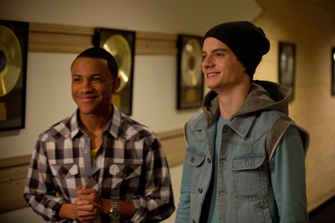 Chris (Tequan Richmond, l.) und Dylan (Zac Goodspeed, r.) sind seit langem beste Freunde und leidenschaftliche Rapper. Als die beiden erfahren, dass... - Bildquelle: Warner Brothers