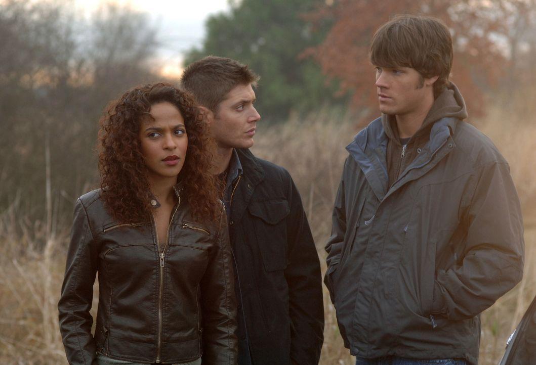 Cassie (Megalyn Echikunwoke, l.) bittet Sam (Jared Padalecki, r.) und Dean (Jensen Ackles, M.) um Hilfe, eine Reihe von Morden mit rassistischen Hin... - Bildquelle: Warner Bros. Television