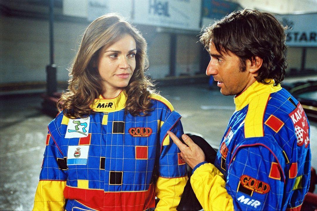 Sandra (Rebecca Immanuel, l.) und Martin Rabe (Dieter Landuris, r.) treffen sich auf der Kart-Rennbahn. - Bildquelle: Sat.1