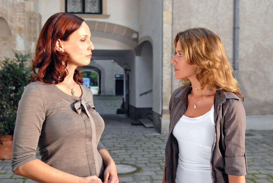 Esther (Alexandra Neldel, r.) konfrontiert Juliane (Beate Maes, l.) mit ihrer Aussage, die sie bei der Polizei gemacht hat. Doch Juliane streitet al... - Bildquelle: Petro Domenigg Sat.1