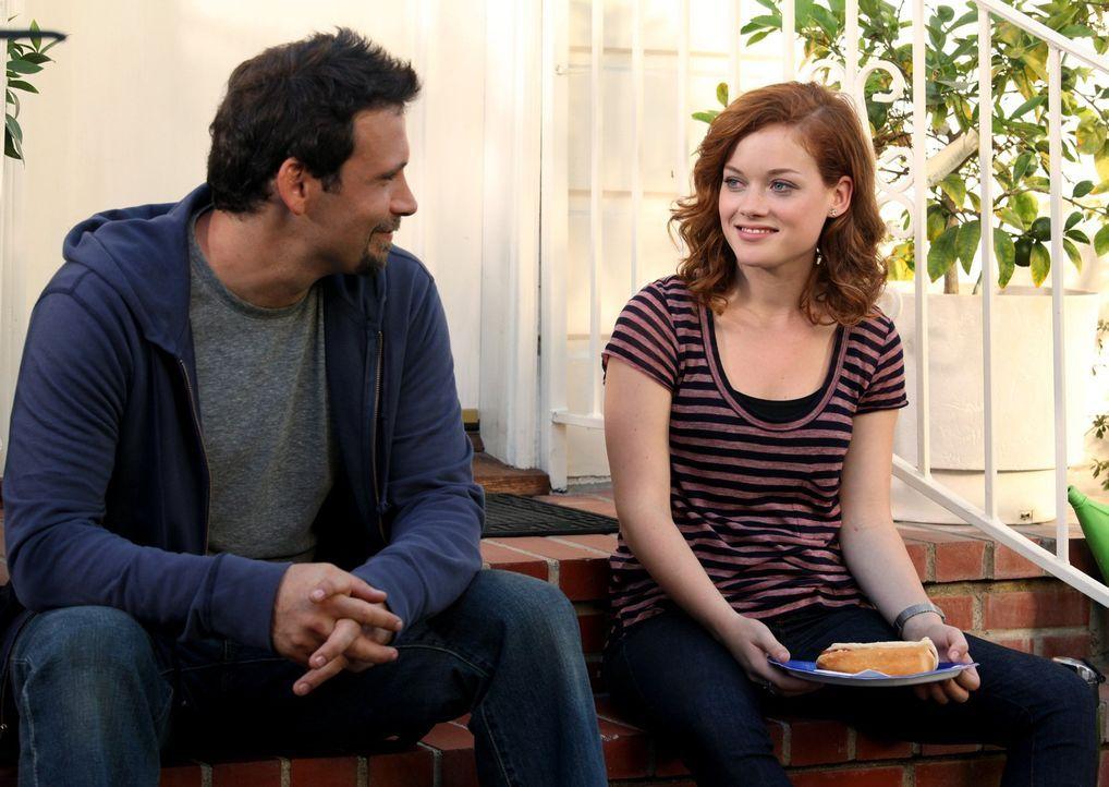 Nach unzähligen Einladungen ihrer Nachbarn Sheila und Fred müssen sie schließlich nachgeben und der Einladung folgen: Tessa (Jane Levy, r.) und G... - Bildquelle: Warner Bros. Television