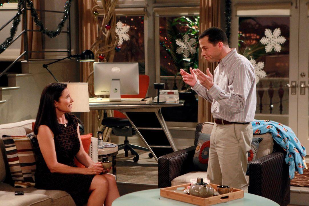 Walden erhält Besuch von seiner Mutter Robin (Mimi Rogers, l.). Alan (Jon Cryer, r.) ist sofort fasziniert von ihr und verliebt sich prompt. Doch da... - Bildquelle: Warner Brothers Entertainment Inc.