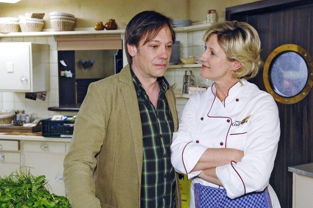 Susanne (Heike Jonca, r.) macht dem eifersüchtigen Armin (Rainer Will, l.) klar, dass sie Paloma und Georg miteinander  verkuppeln will. - Bildquelle: Sat.1