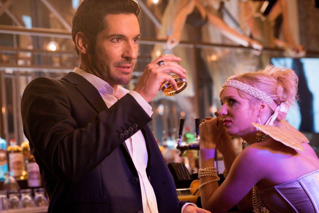 Noch ahnt Lucifer (Tom Ellis, l.) nicht, dass er durch seine neue Menschlichkeit auch einiges an seinen übermenschlichen Fähigkeiten verlieren könnt... - Bildquelle: 2016 Warner Brothers
