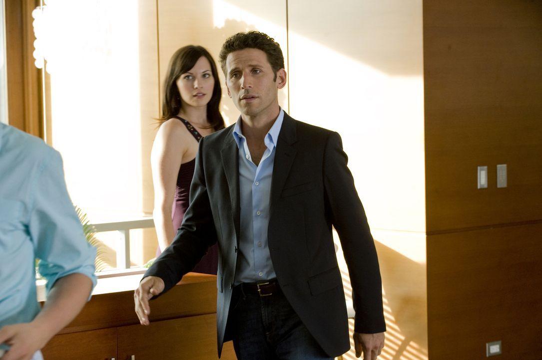 Jill Casey (Jill Flint, l.) und Hank Lawson (Mark Feuerstein, r.) werden zu einem neuen Fall gerufen ... - Bildquelle: USA Network