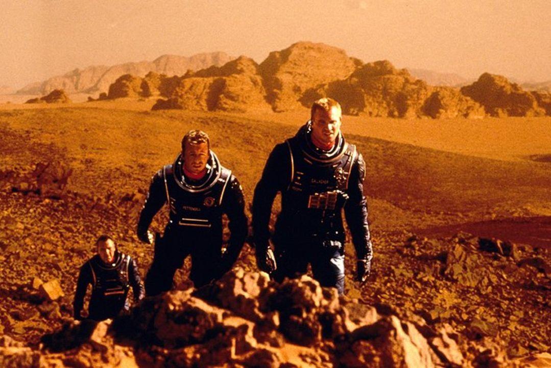 Da die Erde vor dem unaufhaltsamen Untergang steht, wird ein Astronautenteam (v.l.n.r. Tom Sizemore, Simon Baker, Val Kilmer) zum benachbarten Plane... - Bildquelle: Warner Bros. Entertainment Inc.