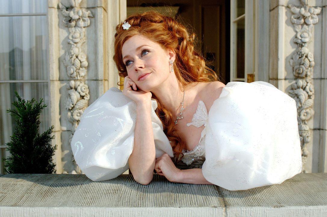 Ausgerechnet am Tag ihrer Hochzeit wird die schöne Märchenprinzessin Giselle (Amy Adams) von ihrer Schwiegermutter in spe, der bösen Königin Nar... - Bildquelle: Disney. All rights reserved