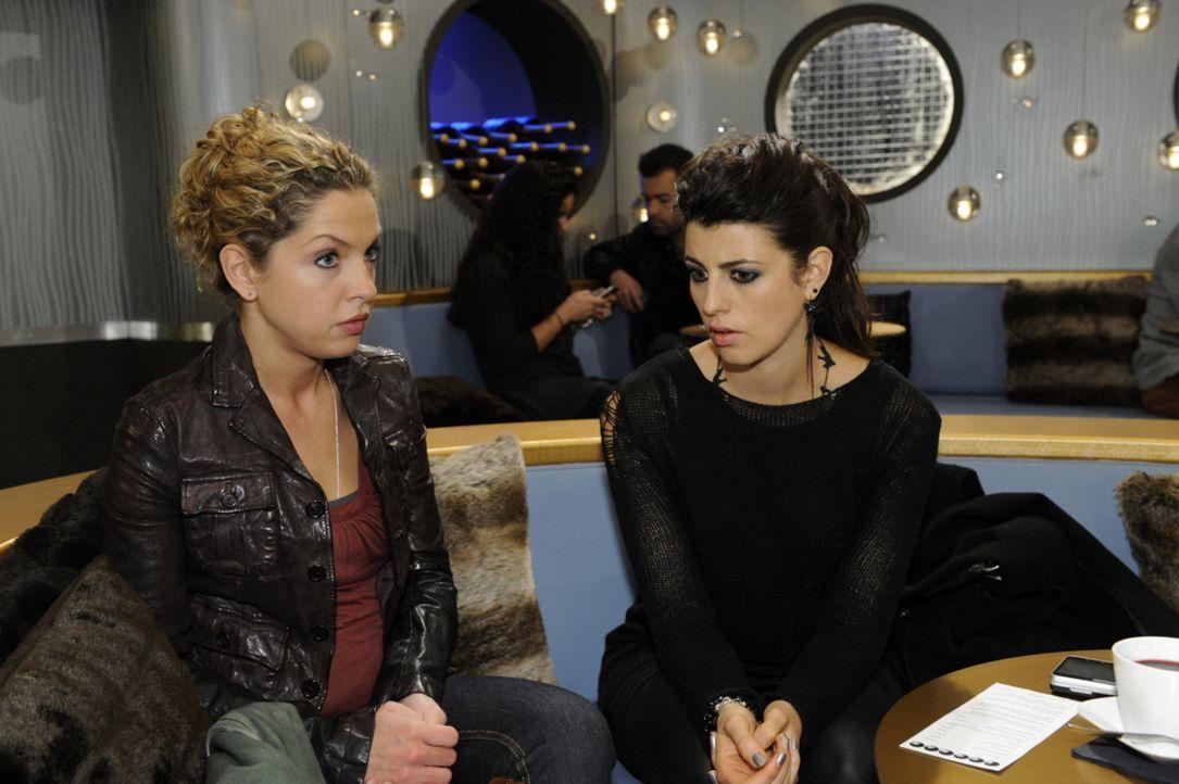 Was ist nur zwischen Carla (Sarah Mühlhause, r.) und Nina (Maria Wedig, l.) los? - Bildquelle: SAT.1