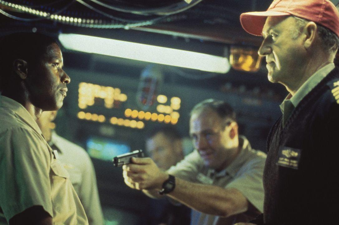 Als der besonnene 1. Offizier (Denzel Washington, l.) seinem Kommandanten (Gene Hackman, r.) die notwendige Einwilligung verweigert, kommt es zu ein... - Bildquelle: HOLLYWOOD PICTURES