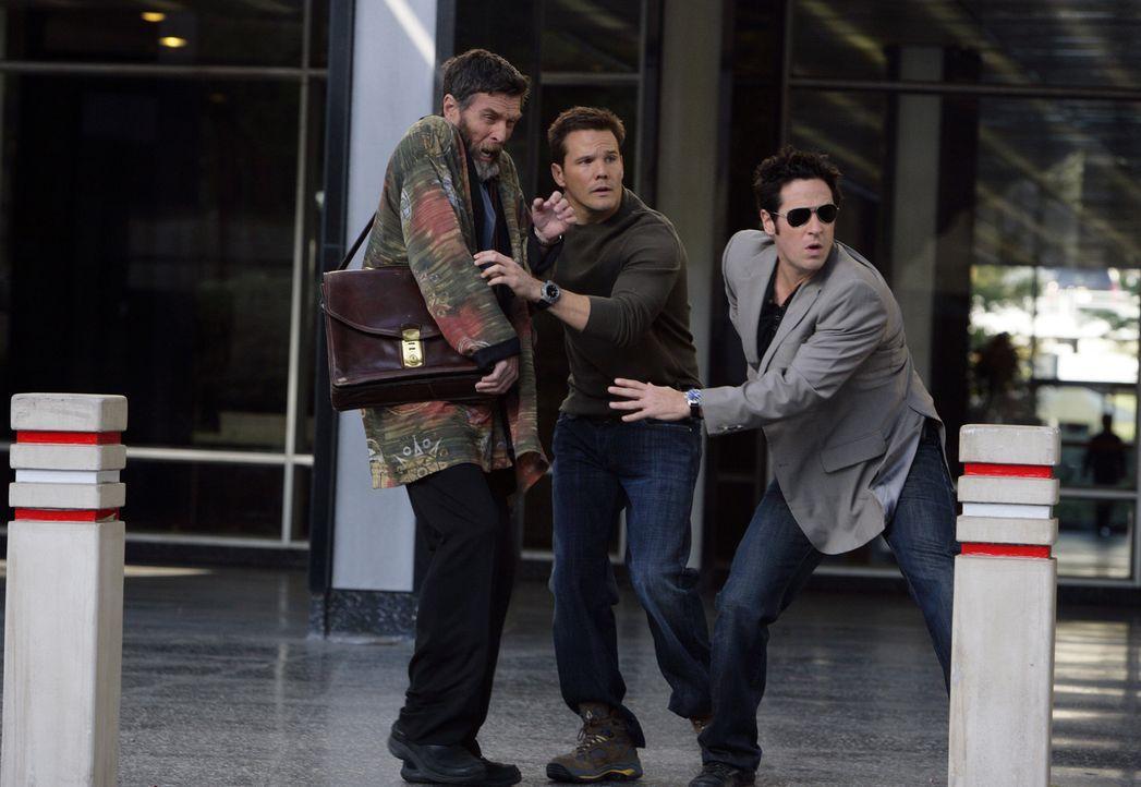 In dem neuen Fall müssen Colby (Dylan Bruno, M.) und Don (Rob Morrow, r.) mit dem Hellseher Simon Kraft (John Glover, l.) zusammenarbeiten ... - Bildquelle: Paramount Network Television