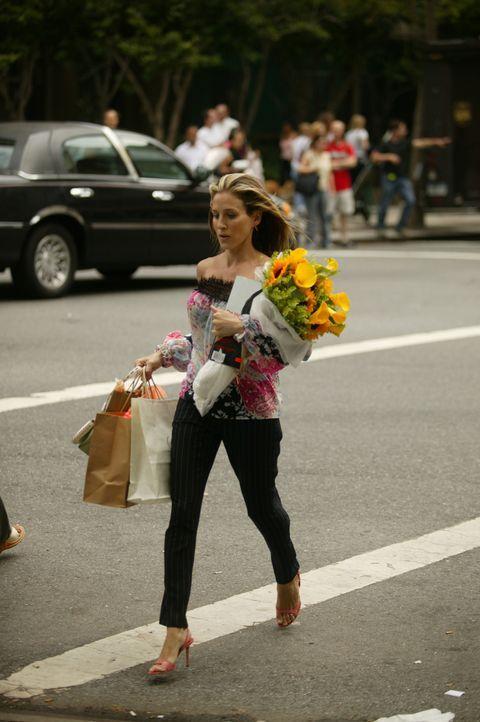 Als Carrie (Sarah Jessica Parker) die Feier ihrer alten Freundin Kyra, die die Geburt ihres dritten Kindes feiert, besucht, muss sie beim Betreten d... - Bildquelle: Paramount Pictures