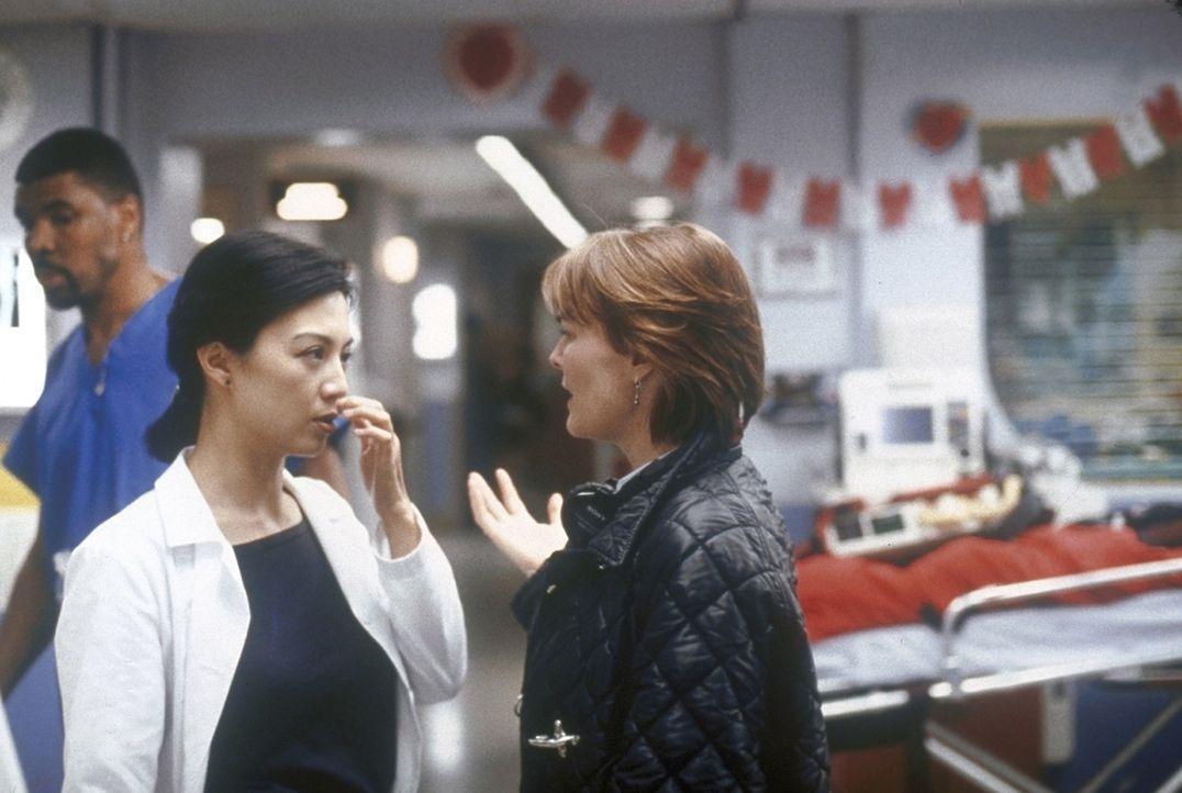 Dr. Weaver (Laura Innes, r.) spricht Chen (Ming-Na Wen, l.) weiterhin Mut zu. - Bildquelle: TM+  2000 WARNER BROS.