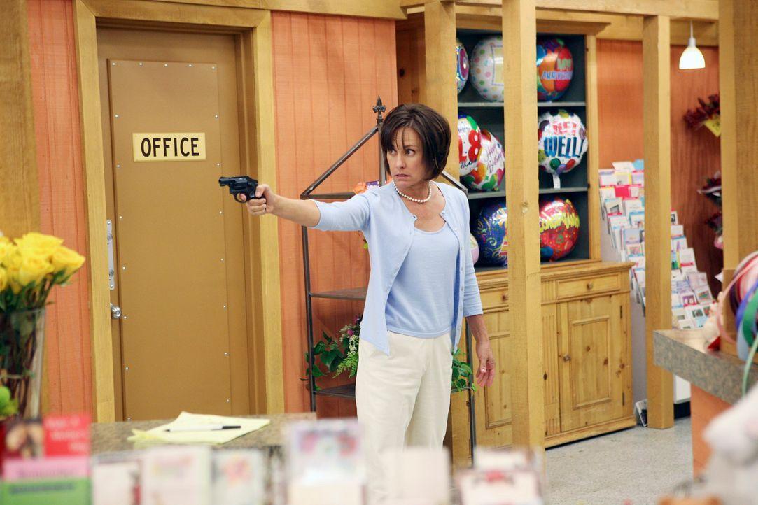 Als Carolyn Bigsby (Laurie Metcalf) den Supermarkt betritt, indem ihr Mann Harvey Geschäftsführer ist, verbarrikadiert er sich in seinem Büro. Um ih... - Bildquelle: 2005 Touchstone Television  All Rights Reserved
