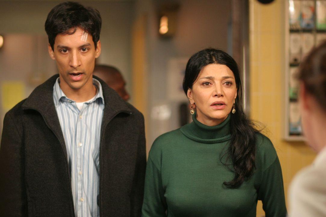Mahir (Danny Pudi, l.) und Riza (Shohreh Aghdashloo, r.) hoffen, dass Nimet gerettet werden kann ... - Bildquelle: Warner Bros. Television