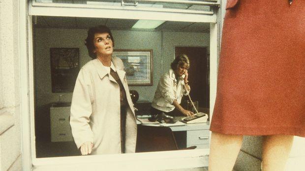 Lacey (Tyne Daly, l.) versucht Mary (Julie Ariola, r.) davon abzuhalten, sich...