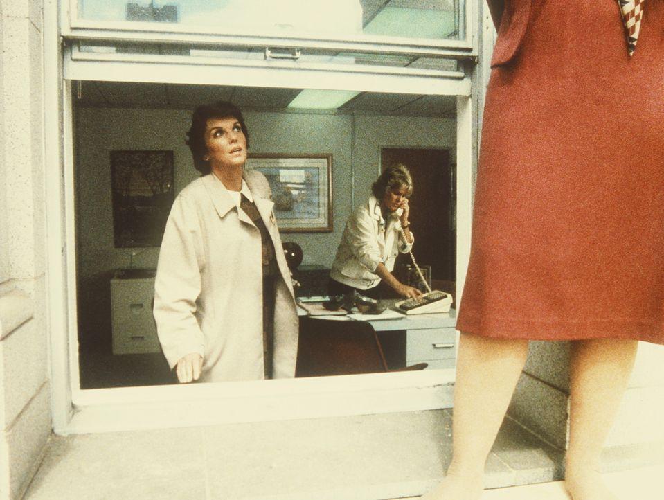 Lacey (Tyne Daly, l.) versucht Mary (Julie Ariola, r.) davon abzuhalten, sich umzubringen, während ihre Kollegin (Sharon Gless) bereits den Rettung... - Bildquelle: ORION PICTURES CORPORATION. ALL RIGHTS RESERVED.