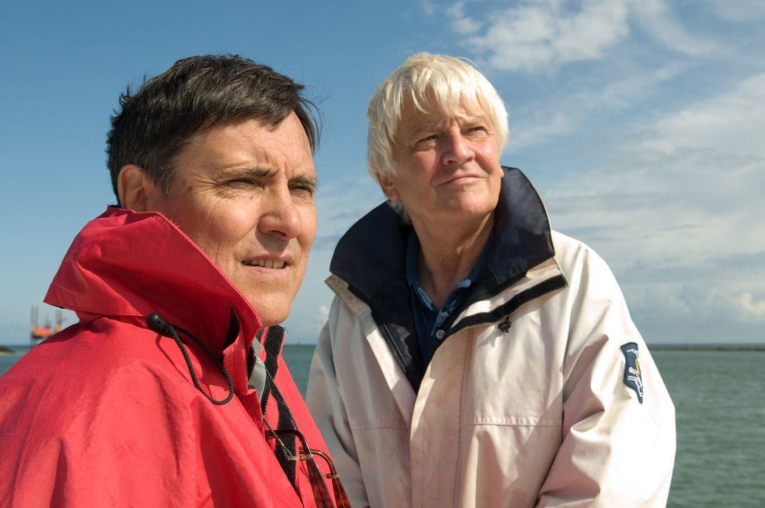 Die beiden Regisseure Jacques Perrin (r.) und Jacques Cluzaud (l.) begeben sich mit ihrer Dokumentation auf eine Entdeckungsreise in die noch weitge... - Bildquelle: Universum Film