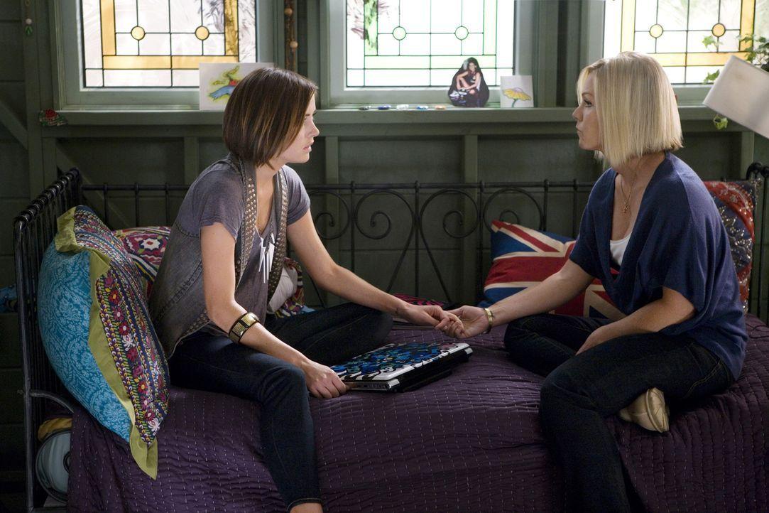 Silver (Jessica Stroup, l.) erzählt ihrer Stiefschwester Kelly (Jennie Garth, r.), dass ihre Mutter Krebs hat. Kelly reagiert ganz anders als erwar... - Bildquelle: TM &   CBS Studios Inc. All Rights Reserved