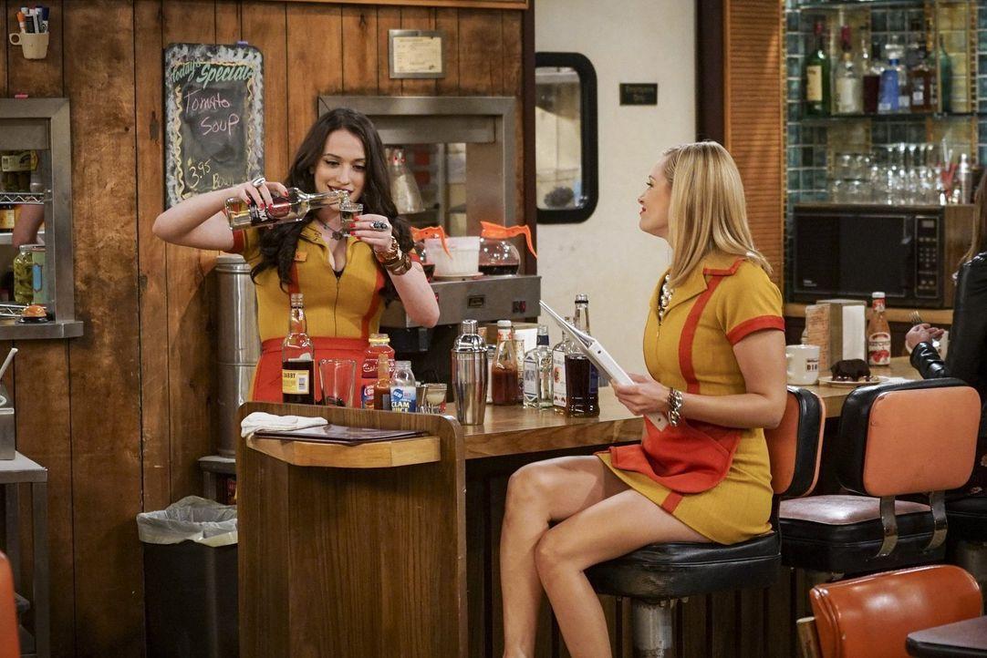 Max (Kat Dennings, l.) findet Gefallen am Lernen für die Cocktail-Mix-Prüfung, doch dann muss Caroline (Beth Behrs, r.) plötzlich alleine zum Abschl... - Bildquelle: Warner Bros. Television