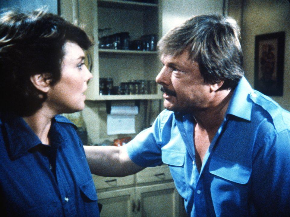 Harvey (John Karlen, r.) ist außer sich vor Sorge. Lacey (Tyne Daly) versucht als Taxifahrerin getarnt, einen gefährlichen Serienmörder zu stellen. - Bildquelle: ORION PICTURES CORPORATION. ALL RIGHTS RESERVED.