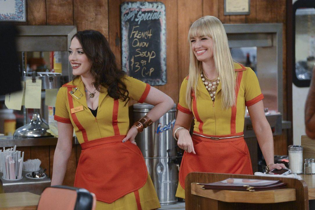 """Kurzerhand wird Caroline (Beth Behrs, r.) von ihrem Date versetzt. Doch die Reservierung im neuen """"It-Restaurant"""" wollen weder sie noch Max (Kat Den... - Bildquelle: Warner Brothers"""