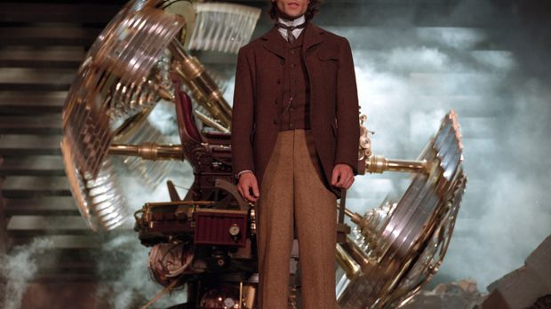Der junge Wissenschaftler Alexander Hartdegen (Guy Pearce) will eine Zeitmasc...