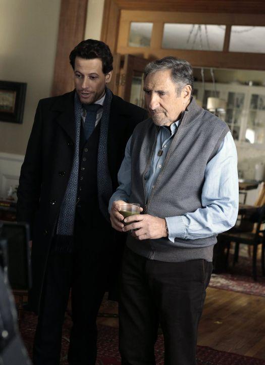 Vater und Sohn: Henry (Ioan Gruffudd, l.) und Abe (Judd Hirsch, r.) ... - Bildquelle: Warner Brothers