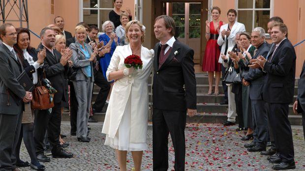 Susanne und Armin haben geheiratet und werden von ihren Gästen gefeiert. v.l....