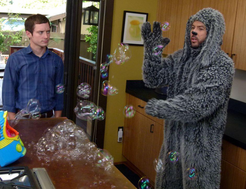 Wilfred (Jason Gann, r.) ist verrückt nach Seifenblasen und das weiß auch Ryan (Elijah Wood, l.) ... - Bildquelle: 2011 FX Networks, LLC. All rights reserved.