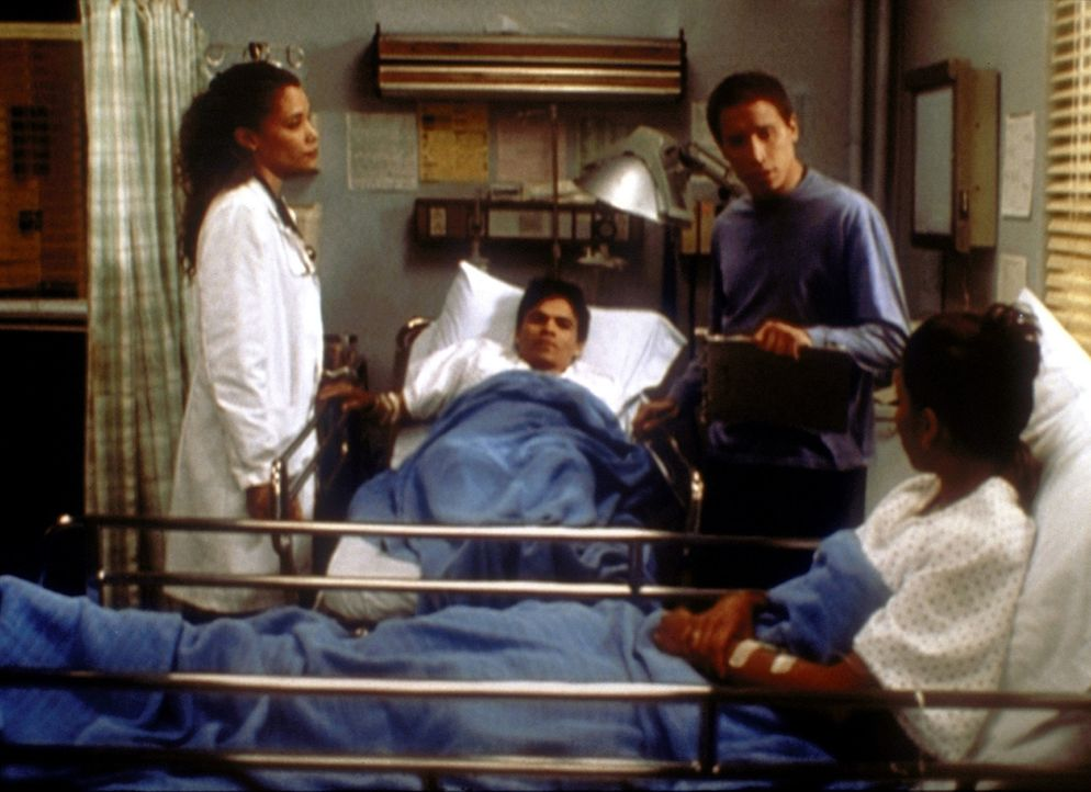 Malucci (Erik Palladino, 2.v.r.) bekommt von seinen Patienten Hinweise auf gewissenlose Betreiber einer illegalen Hinterzimmerklinik und beschließt,... - Bildquelle: TM+  2000 WARNER BROS.