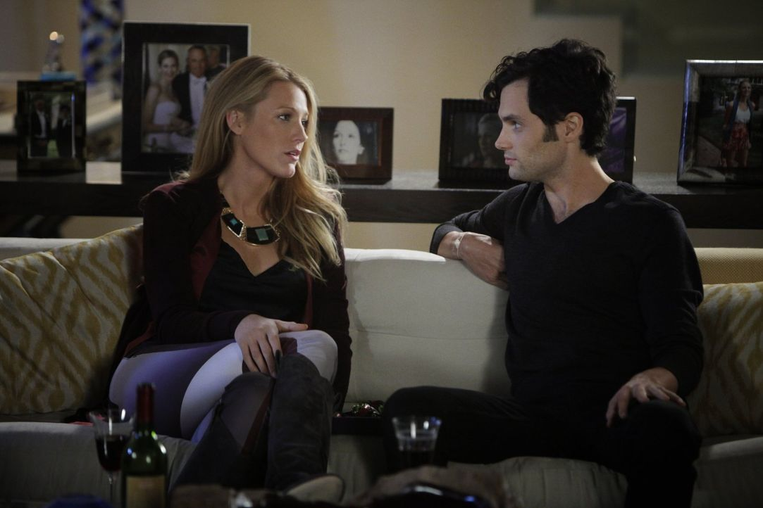 Serena (Blake Lively, l.) hilft Dan (Penn Badgley, r.) dabei, eine neue Unterkunft zu finden. Dabei löst ihre gemeinsame unerwartete Emotionen aus .... - Bildquelle: Warner Brothers